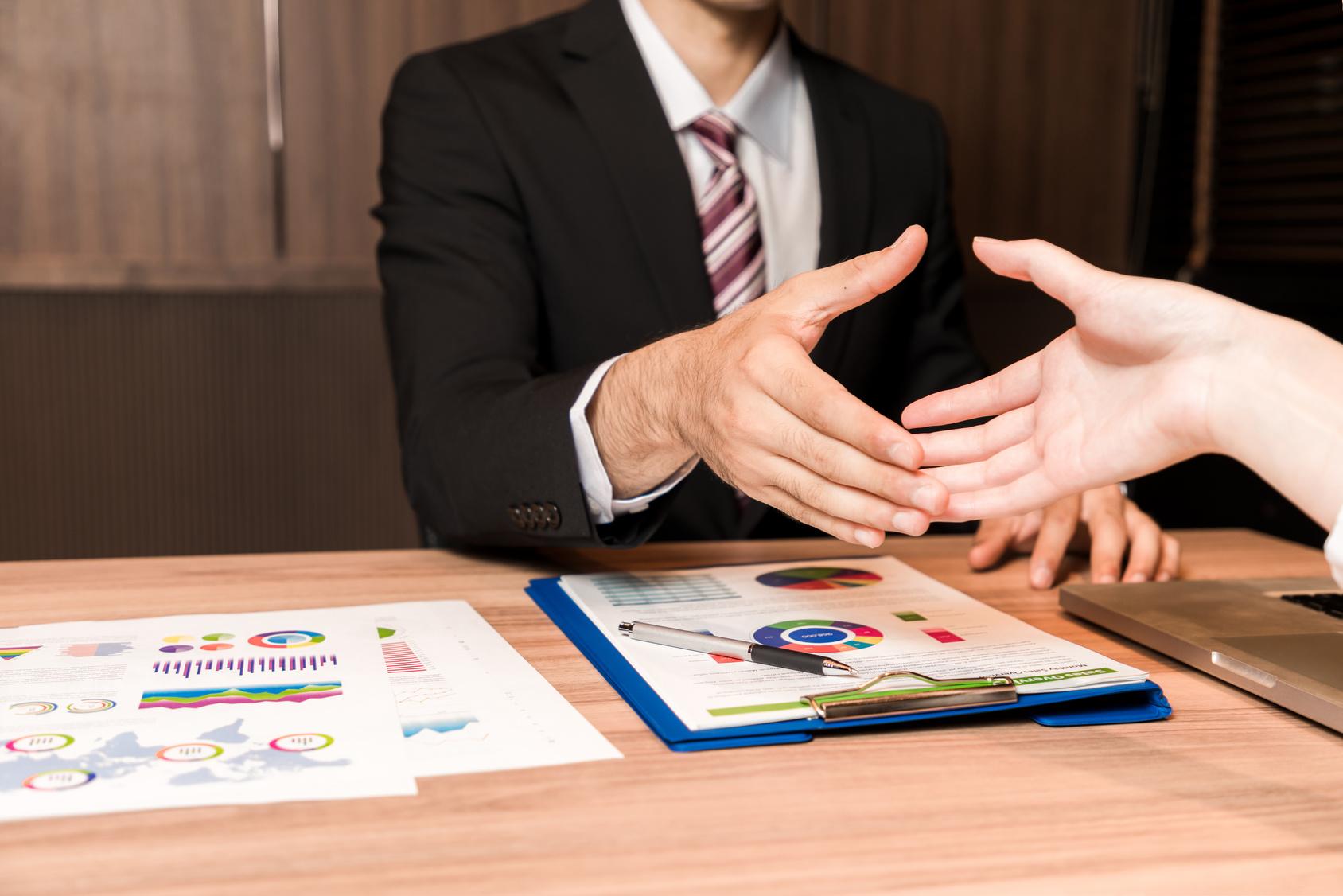 Collaborer avec un courtier en crédit : les avantages